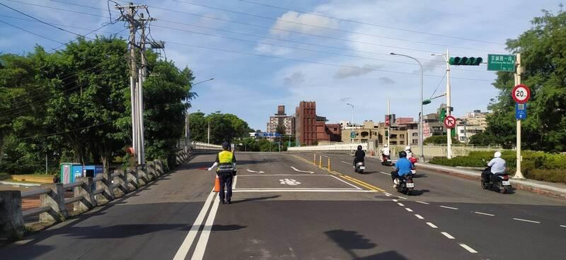 因應中秋連續假期,台北市警察局交通警察大隊加強疏導,並取締驅離違停車輛。(交大提供)