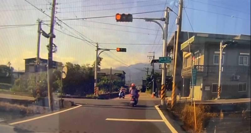 宜蘭縣冬山鄉一處路口,昨天上午8點多,一名機車女騎士疑似闖紅燈撞上綠燈直行騎士。(圖擷取自爆料公社)
