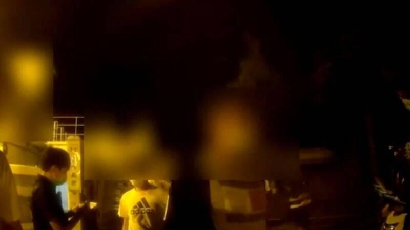 台東海濱公園昨晚10餘人群聚且未戴口罩,警方到場勸導。(台東分局提供)