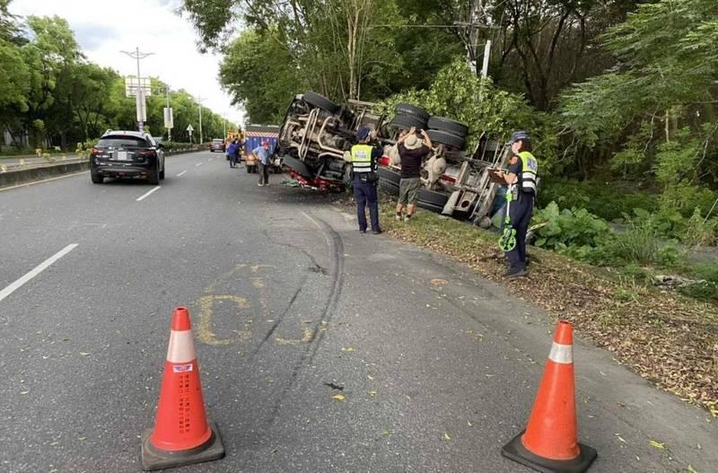 水泥預拌車在屏東內埔翻覆,所幸駕駛僅輕傷。(警方提供)