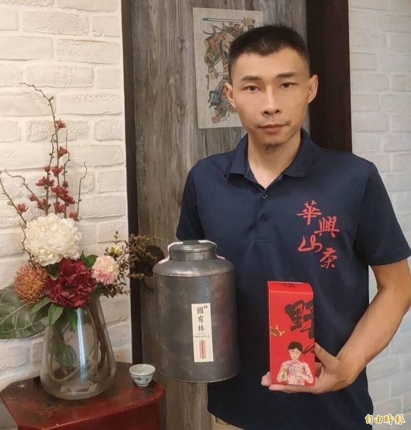高雄青農劉士輔以台灣國有林原生山茶奪下國際名茶評比雙金。(記者陳文嬋攝)