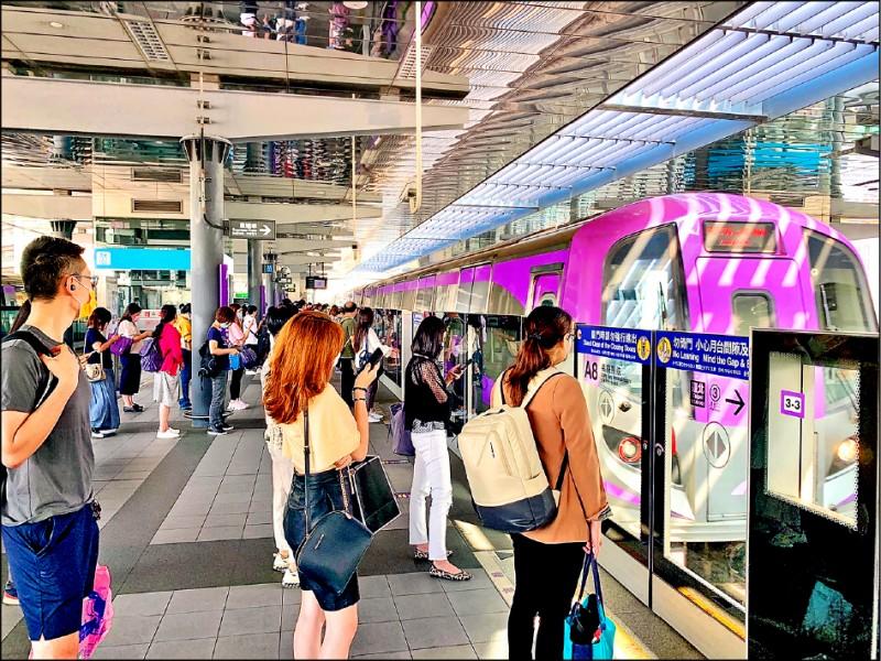 桃園機場捷運18日起恢復直達車假日下午3點到晚上8點的運行班距為15分鐘。(記者周敏鴻攝)