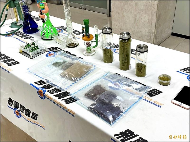 警方查扣手機、疑似大麻菸草1.2公斤、吸食器、電子煙油、霧化器、電腦等贓證物。(記者邱俊福攝)