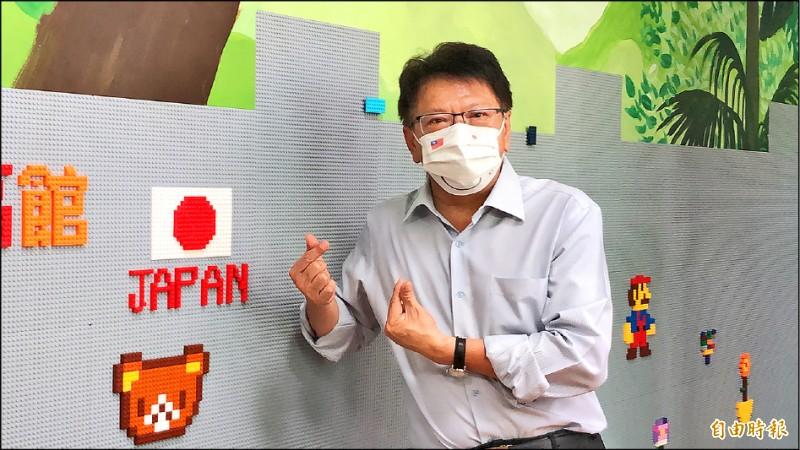 屏東縣長潘孟安表示,施打BNT疫苗,會從高中先施打。圖為潘孟安昨天獲悉日本政府將再捐贈五十萬劑AZ疫苗予台灣後,立刻戴上台日友好口罩,並向日方表達謝意。(記者羅欣貞攝)