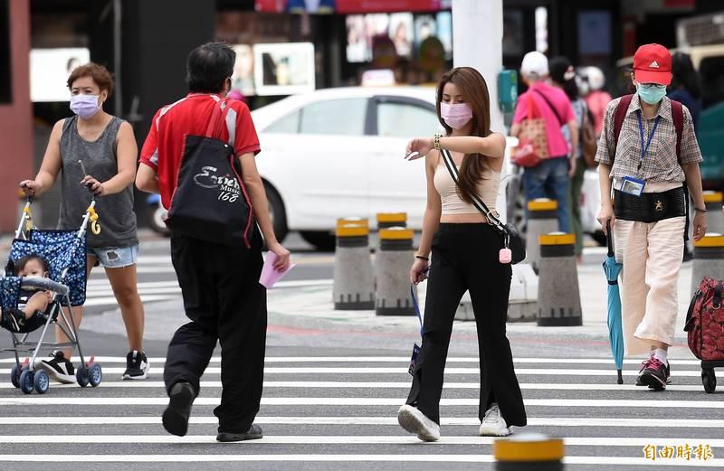 今起至週五(17日)各地天氣大多晴朗,白天相當炎熱,民眾外出應注意防曬、防中暑。(資料照)