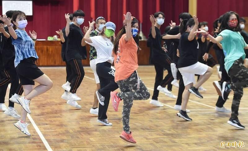 國慶籌備委員會15日舉辦國慶表演團體「TBC舞團」預演,TBC舞團與莊敬高職舞者排演「世代融合街舞賀國慶」節目。(記者廖振輝攝)