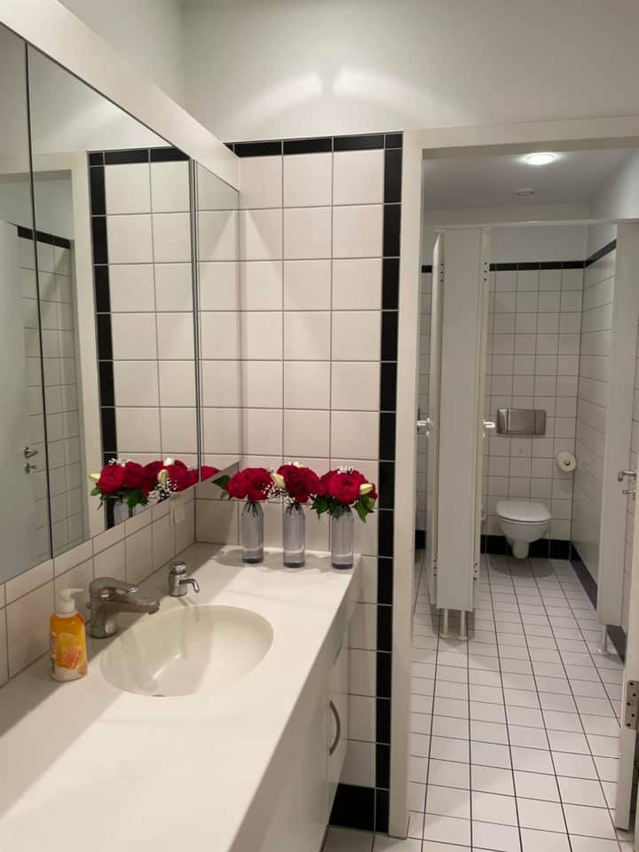朱學恒所送的花圈,被拿來重新利用,在廁所內當擺飾。(圖擷取自謝志偉臉書)