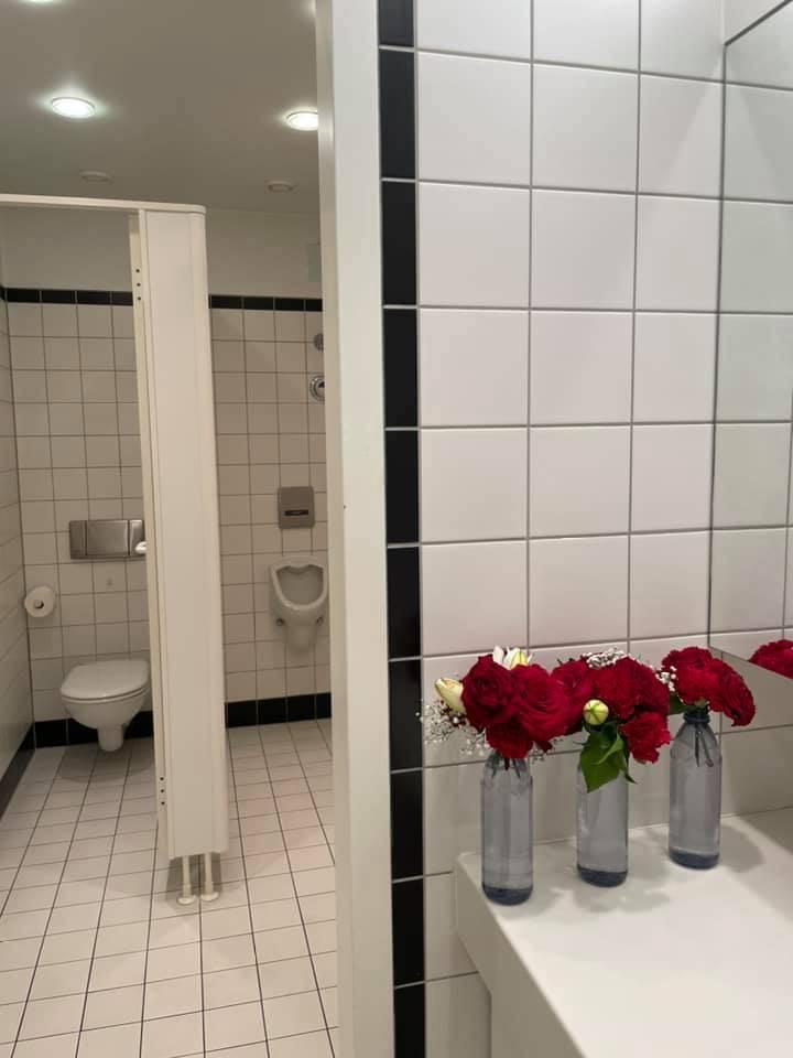 謝志偉在臉書貼文中提到,他聽到同事對花朵說:「你們是從『垃圾』那裡送過來的,出污泥而不染,更彰顯你們自然美麗的本質。」(圖擷取自謝志偉臉書)