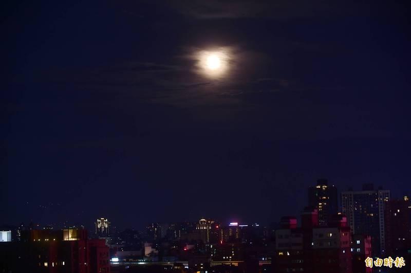 科學家最新發現,月亮周期對人類睡眠構成高程度影響,且對男性造成的影響遠大於女性。(資料照)