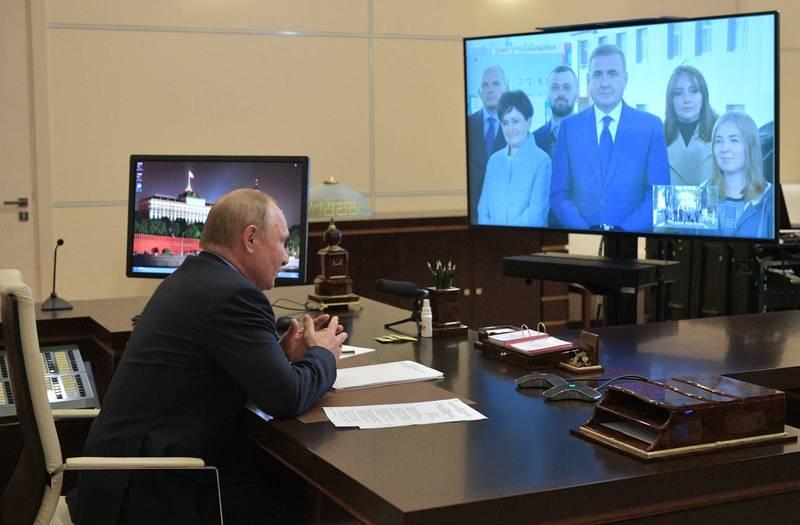 普廷目前自主隔離期間仍持續辦公,透過視訊方式與政府官員交談。(美聯社)