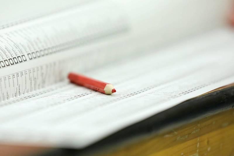 加拿大「使用一次性鉛筆」畫記選票招來議論,許多民眾擔心會辨識不清造成選票無效,甚至有舞弊的空間。(路透示意圖)