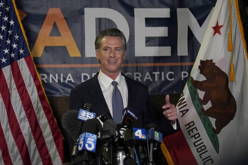 加州州長紐森挺過罷免投票,順利保住州長大位,在首府薩克拉門托發表勝選演說。(美聯社)