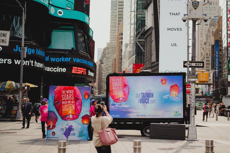 第76屆聯合國大會於14日開議,在紐約時報廣場的大螢幕出現象徵祈福的天燈,台灣駐紐約辦事處表示,希望藉此藉此向聯合國社群喊話,表達每個人都有發聲的權利,請聽見台灣的聲音。(圖擷自駐紐約台北經濟文化辦事處臉書)