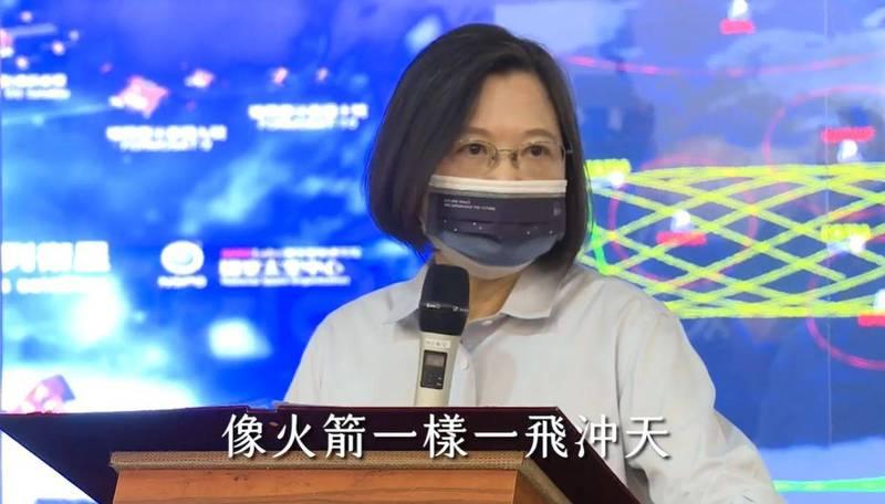 蔡英文表示,在吳宗信的帶領下,台灣的太空產業,一定會像火箭一樣一飛沖天。(圖片擷取自臉書)