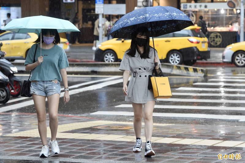 中央氣象局今天(15日)指出,清晨中部以北都有部分地區出現顯著降雨,天亮後雨勢緩和。(資料照)