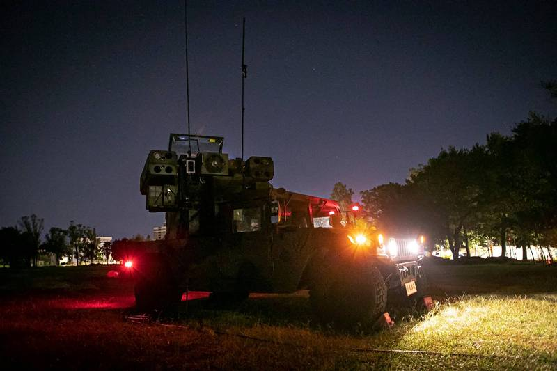 陸軍第六軍團砲兵第21指揮部防空營多輛復仇者飛彈車昨晚出動參與部署,執行防空疏散、戰力防護等演練。(翻攝自陸軍臉書)