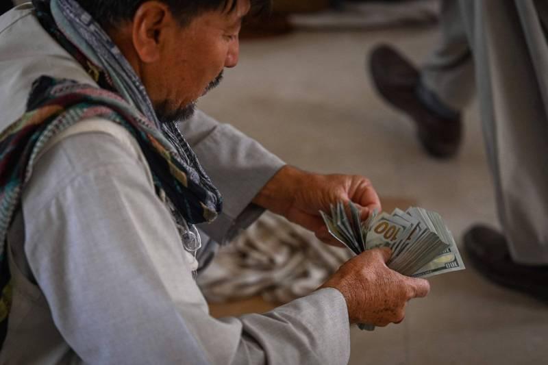 受神學士控制的阿富汗中央銀行說,神學士從前任政府高級官員手中查獲了近1240萬美元(約台幣3.4億)及黃金。(法新社)