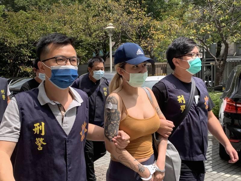 擁有驚人上圍、身材火辣的25歲潘姓女網紅,因空運走私大麻遭警方逮捕,引發外界熱議。(記者邱俊福翻攝)