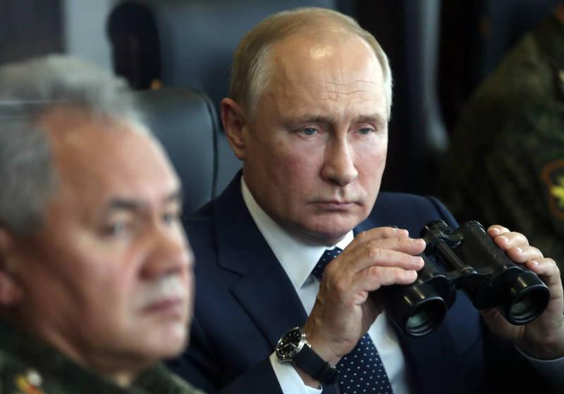 俄羅斯、白俄羅斯近日展開大型聯合軍演「西部2021」(Zapad-2021),俄羅斯總統普廷(後)和俄羅斯國防部長蕭依古(前)也到場親自視察。(歐新社)