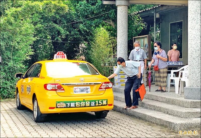 市府持續提供愛心計程車、復康巴士、輪椅等貼心服務。(記者李容萍攝)