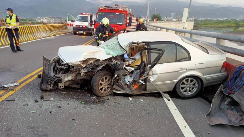 頭城竹安橋今晨發生車禍,小客車車頭全毀。(記者蔡昀容翻攝)(記者蔡昀容攝)