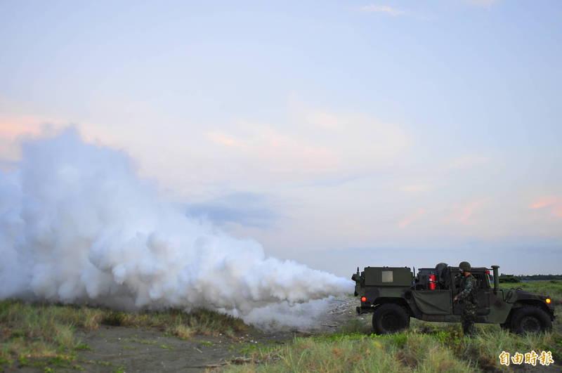 M56土狼式渦輪發煙車的噴煙狀況。(記者王捷攝)