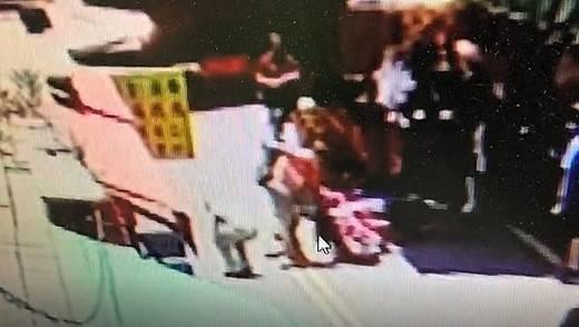 監視器畫面雖模糊,但可見王女(圖中)被打到倒地。(記者張瑞楨翻攝)