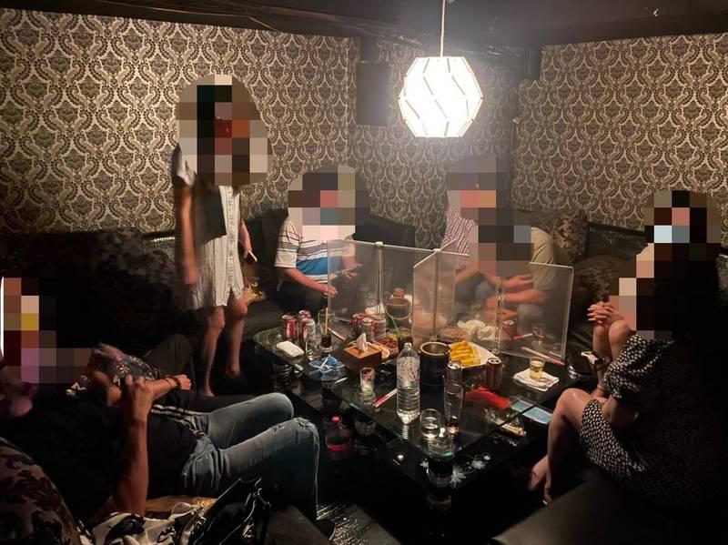 警方查獲餐酒館違反防疫規定,不僅未落實梅花座,沒有確實使用隔板區隔,又有女陪侍飲酒。(讀者提供)