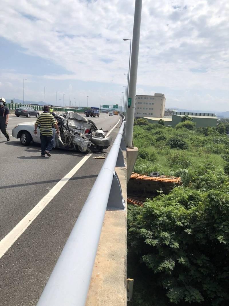 大型吊臂車與轎車碰撞,吊臂車翻落高架橋下。(記者張軒哲翻攝)