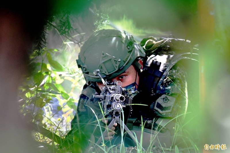 擔任警戒的機槍兵,全神灌注的神情,令人激賞與敬佩。(記者游太郎攝)