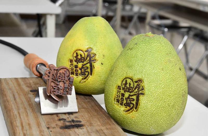 印有「『柚』平安,第六分局關心您」字樣的電烙棒。(記者許國楨翻攝)