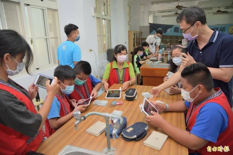嘉義縣政府引進科普實驗室相關課程進入偏鄉,今大埔國中小的學生,使用行動顯微鏡認識到微觀世界,令學子大開眼界。(記者王善嬿攝)