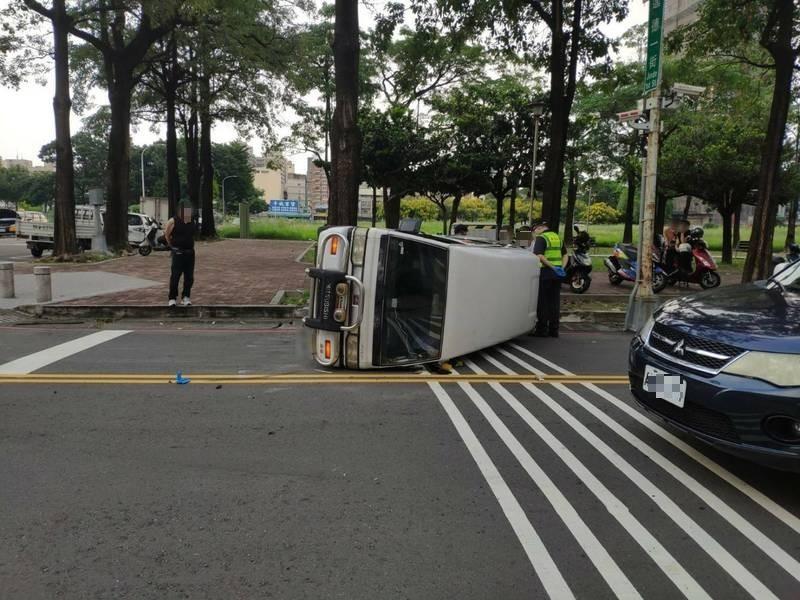 台中東區進德一街與自由三街口今天下午4點多發生廂型車翻覆事故。(民眾提供)