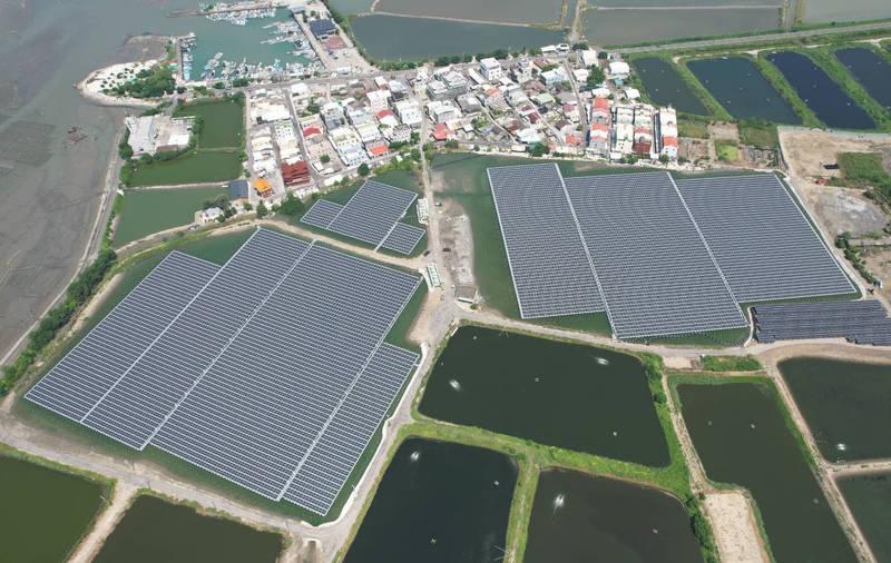 北門蘆竹溝光電場位在聚落的南側,居民憂心影響生活環境。(南市經發局提供)
