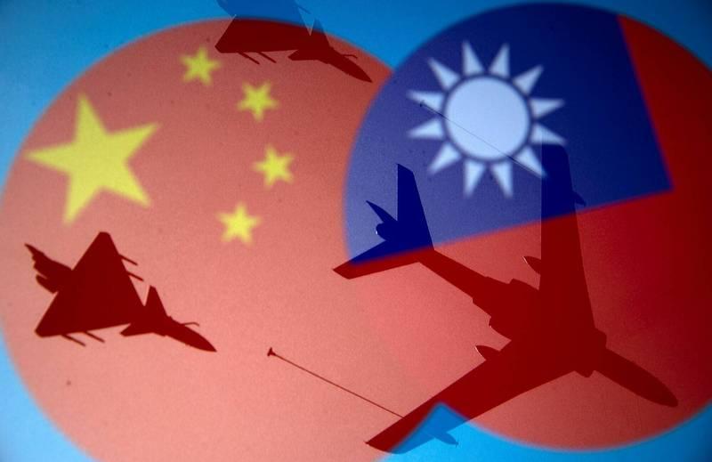 台灣國旗和中國五星旗。(路透檔案照)