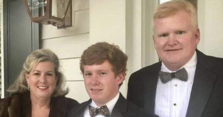 亞歷克斯(圖右)和妻子瑪格麗特(左),與兩人的兒子保羅(圖中)。(擷取自Maggie Murdaugh臉書)