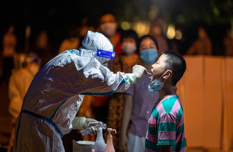 中國受武漢肺炎(新型冠狀病毒病,COVID-19)Delta變種病毒侵襲,中國昨0時至24時,新增49例本土確診,雲南省1例,其餘48例皆在福建省。(路透)