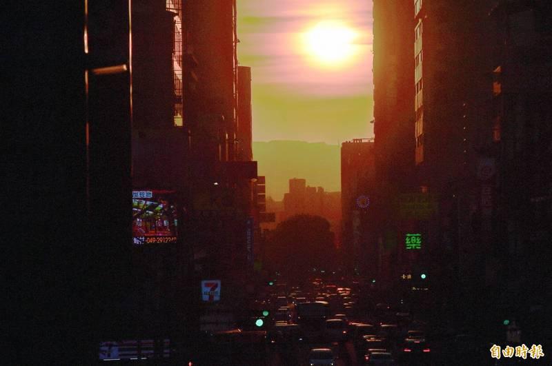台中懸日美景17日起至19日再現。(資料照)