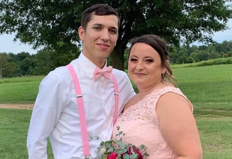 溫德爾(右)和未婚夫艾斯丘(左)原本預計在8月21日結婚,沒想到溫德爾卻因聽信謠言拒打疫苗而在婚禮前過世。(圖取自Sam Wendell Facebook)