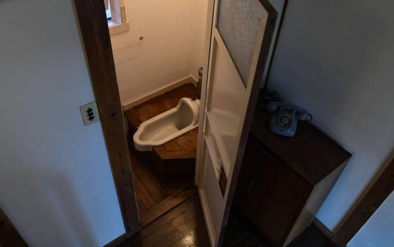 5名高中生利用手機在廁所上方往下拍照,發現一名老人倒臥在地上。(示意圖,彭博)