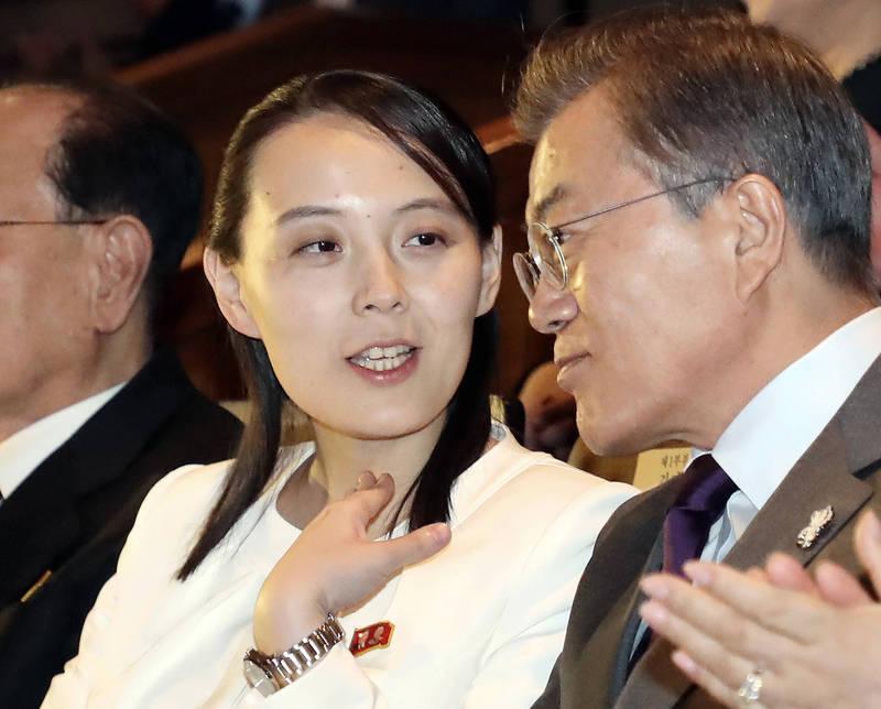 北韓勞動黨副部長金與正(左)與南韓總統文在寅。(美聯社)