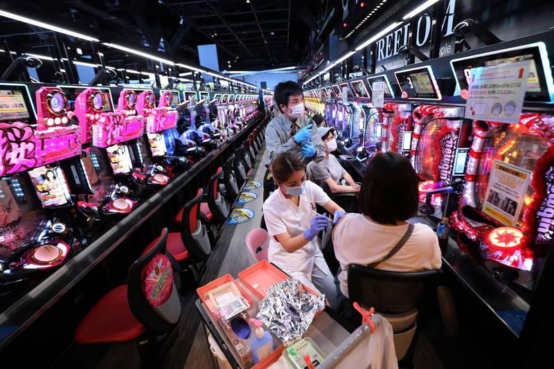 日本一間柏青哥店於日前暫停營業,且成為民眾施打疫苗的場所。(歐新社)