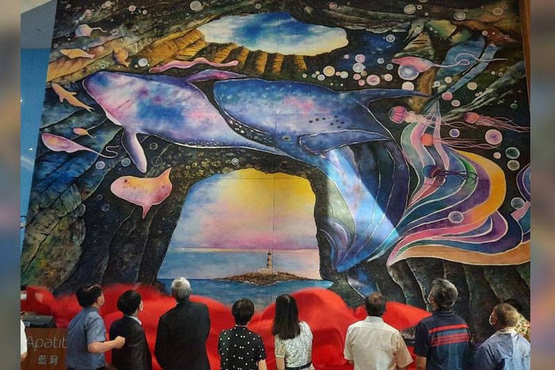 澎湖各界貴賓與司法界德高望重人士,共同為全球最大砂畫藍洞作品揭幕。(記者劉禹慶攝,本報合成)