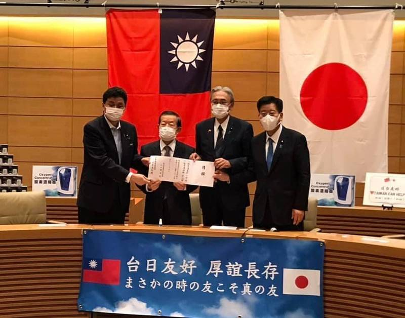 駐日代表謝長廷表示,日本贈台AZ疫苗將達390萬劑,我方16日回贈1萬台血氧機及約1000台製氧機給日本。(圖取自謝長廷臉書)