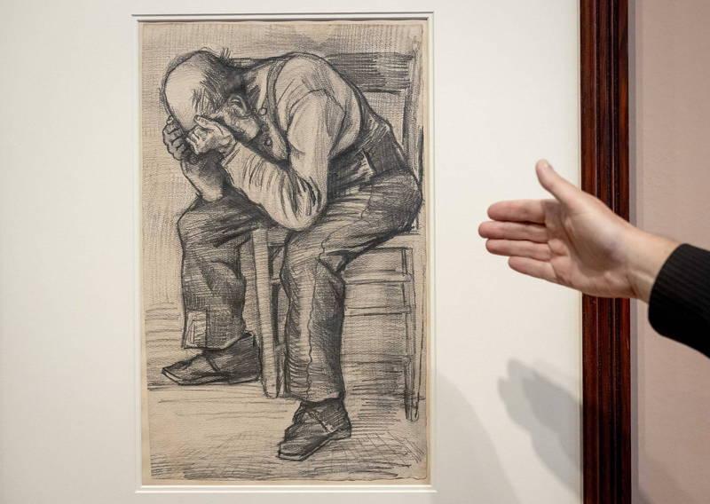 畫裡呈現的是一名上了年紀的凸頭老人,弓著身子頹坐在椅子上捧著他的頭。(歐新社)