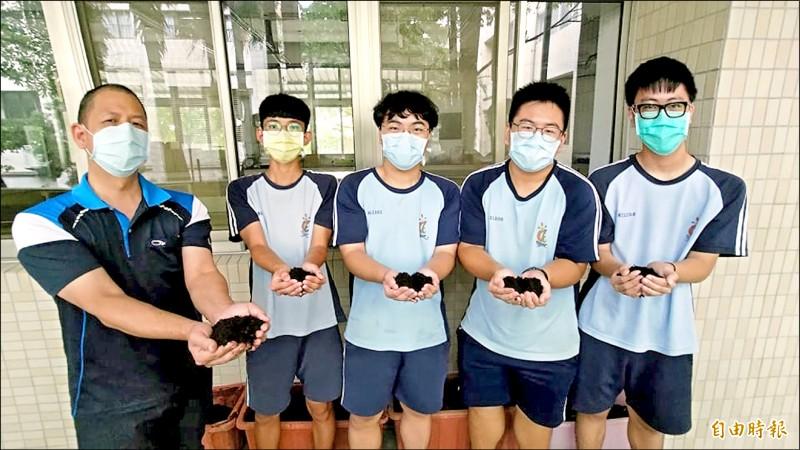 東港高中將廚餘堆肥融入課程,成品就像一般的有機介質土。(記者陳彥廷攝)