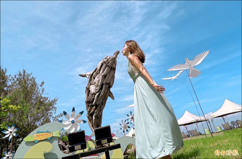 將軍馬沙溝海洋休閒運動渡假中心的漂流木地景藝術,遊客互動拍照好玩。(記者楊金城攝)