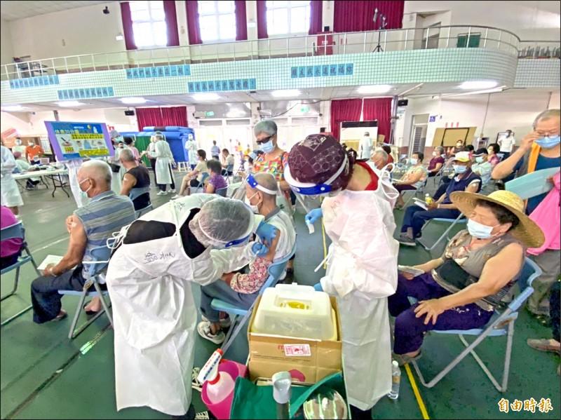 雲林縣斗南快打站湧進大批老人接種第二劑疫苗。(記者詹士弘攝)