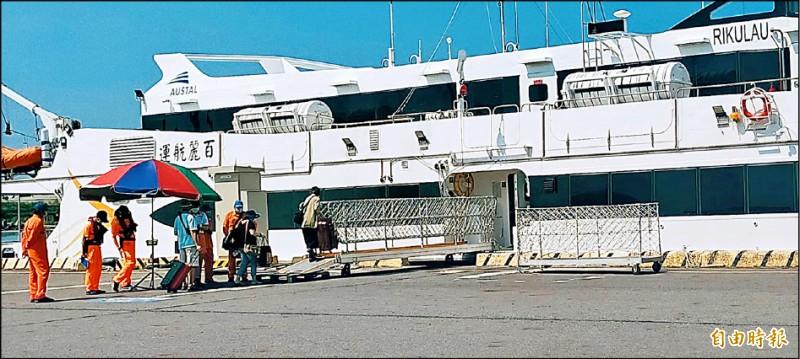 疫情嚴重衝擊下,布袋澎湖海上航線平日搭船遊客寥寥無幾。(記者蔡宗勳攝)