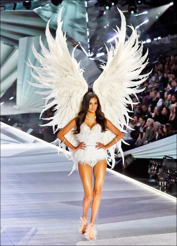 ▲知名女性內衣品牌「維多利亞的秘密」時裝秀以在模特兒背上裝飾誇張天使翅膀聞名。圖為2018年11月的維密時裝秀。(歐新社)